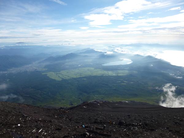 午前7時頃の富士山頂からの景色