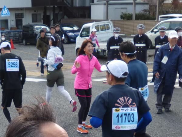 第50回 青梅マラソン 高橋尚子さん、ハイタッチの様子